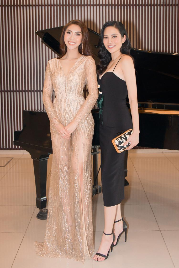 Ngoài ra, chương trình còn có sự góp mặt của Hoa hậu Đông Nam Á - Diệu Linh, đều là chị em bạn bè thân thiết nên ngay khi gặp nhau tại sự kiện, cả Diệu Linh và Tường Linh đều tay bắt mặt mừng, trò chuyện rôm rả.