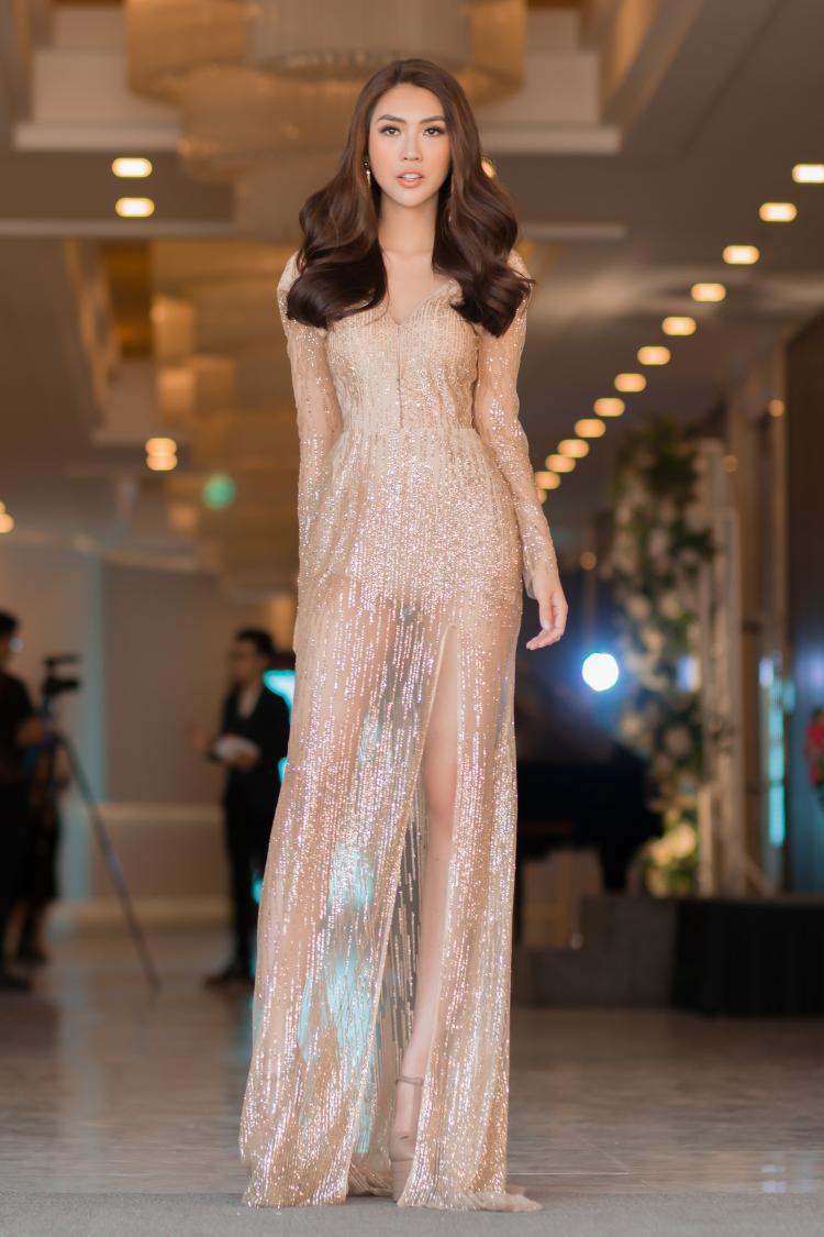 Xuất hiện trong lễ công bố một cuộc thi trang điểm, Tường Linh khoe vẻ đẹp gợi cảm với thiết kế xuyên thấu. Phom dáng ôm người cũng giúp tôn lên vòng eo 53 của top 8 Hoa hậu Liên lục địa.