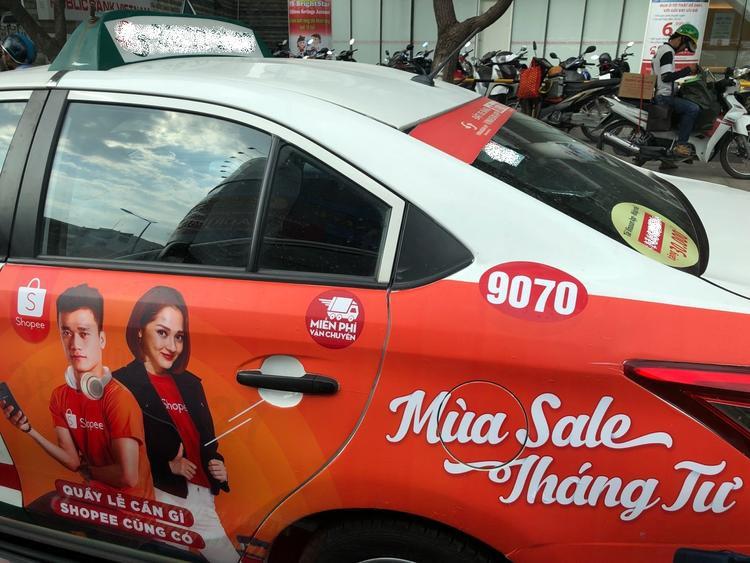 Hình ảnh người hâm mộ vô tình bắt gặp trên các xe taxi tại TP. Hồ Chí Minh.