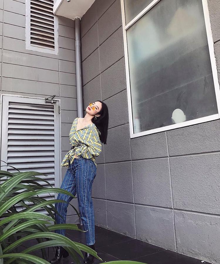 Nếu cần phá cách một chút, Angela Phương Trinh sẽ chọn quần jeans và áo sơ mi bỏ cúc vừa sexy lại khỏe khoắn.