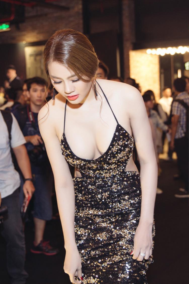 Hội chị em dao kéo vòng một showbiz Việt: người quá khổ phải thu nhỏ, người tự ti phải nâng cấp