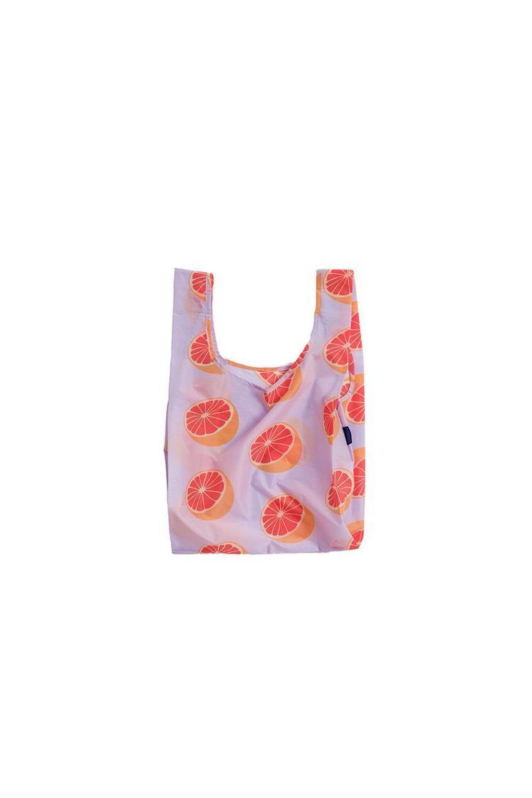 Năm 2018 cũng đánh dấu sự lên ngôi của những chiếc túi mà thoạt nhìn, trông chẳng khác gì bọc nylon đựng đồ của các bà, các mẹ. Tuy thế, kiểu túi này thường được bán với mức giá không hề rẻ, từ vài triệu cho đến hàng chục triệu tùy theo thương hiệu. Thế nhưng, hãng Baggu đã ưu ái các cô gái khi tung ra loạt túi in họa tiết đáng yêu, giá chỉ 10$ - hơn 220 nghìn đồng/ cái.
