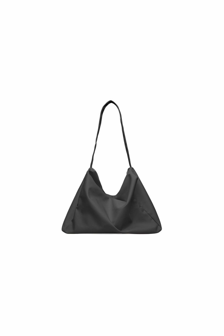 Một chiếc túi hình thang xinh xắn của COS, có giá 49$, khoảng hơn 1 triệu đồng.