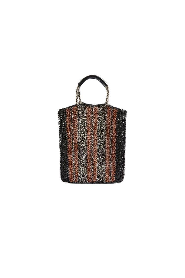 """Nếu đang tìm một chiếc túi phù hợp với bộ cánh gồm bikini đen vả mũ rộng vành, kiểu túi tote có gam màu đất trầm ấm này hứa hẹn sẽ trở thành """"cây đinh"""" khiến bạn thêm phần tỏa sáng trên bãi biển. Đây là một sáng tạo của Topshop, được bán với giá 45$ - khoảng hơn 900 nghìn đồng."""