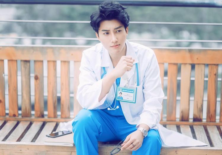 """Bác sĩ Trần Vũ Quang được nhiều gọi vui là """"bác sĩ hot boy, bác sĩ đẹp trai""""."""