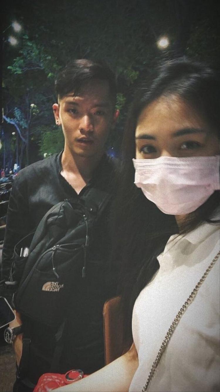 Hòa Minzy ngại xuất hiện nơi công cộng vì tư ti, cô liên tục đeo khẩu trang kể cả khi hẹn hò với bạn bè.