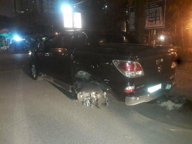 Ô tô bán tải hư hỏng nặng sau khi kéo lê xe máy.