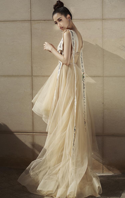 Không giữ nguyên bản gốc, Khánh Linh the Face lại có cách mặc sáng tạo hơn khi mix cùng chân váy dập li bên trong, khiến trang phục vừa có được nét mỏng manh, quyến rũ mà vẫn rất kín đáo, chừng mực.