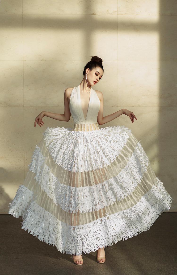 Cách chọn trang phục cùng tạo dáng phù hợp khiến Khánh Linh trông xinh như công chúa.