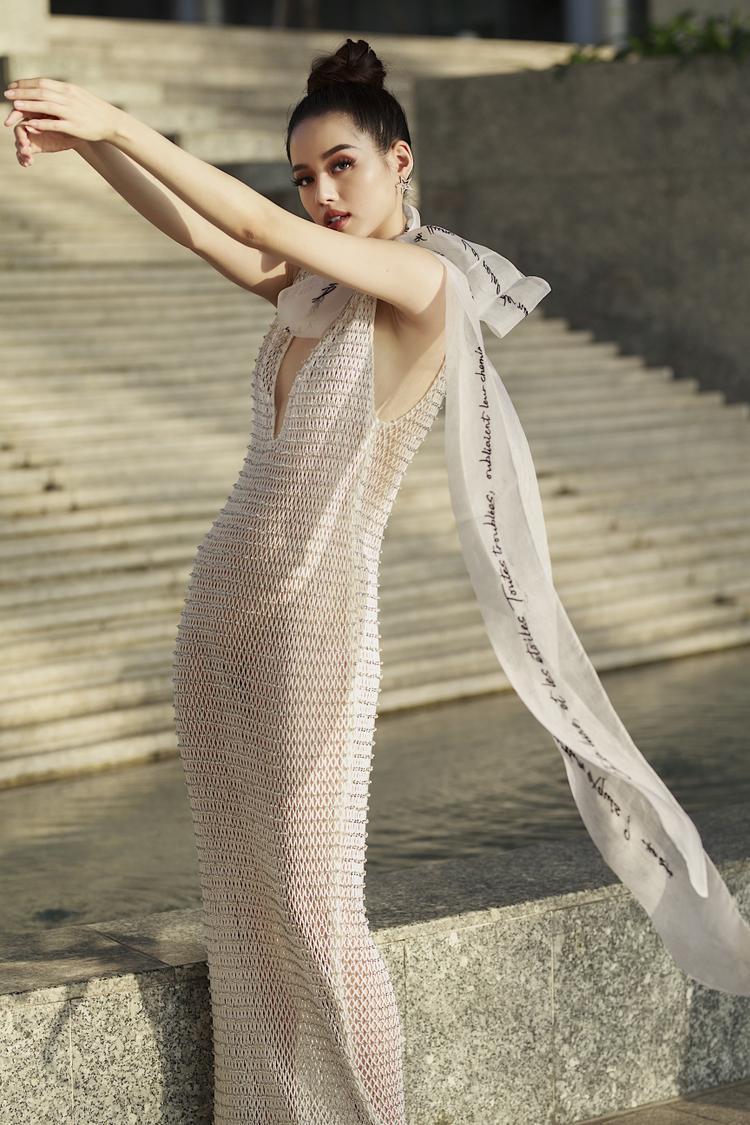 Thiết kế cuối cùng là một chiếc váy dài xẻ ngực, chất liệu lưới đan vô cùng sexy nhưng chẳng hề lộ liễu, hở bạo.