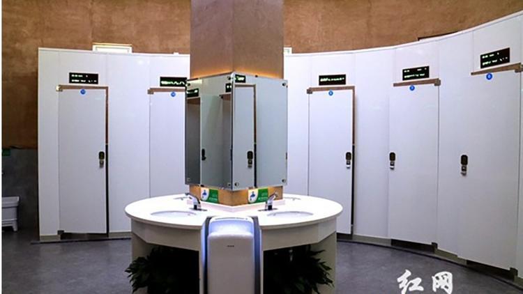 Kể từ khi chính thức mở cửa đón khách vào tháng 1/2018, nhà vệ sinh này thu hút hơn 20.000 lượt khách. Chủ yếu họ cảm thấy thích thú vì nơi đây có WiFi tốc độ cao và bộ sạc điện thoại miễn phí. Ảnh:Rednet.cn