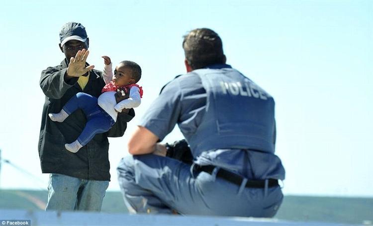 Người đàn ông mang con gái lên mái nhà để dọa cảnh sát. Ảnh Facebook