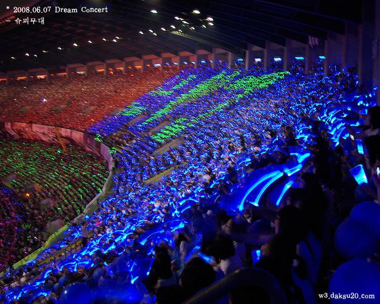 3 fandom cùng tạo nên biển đen im lặng tại Dream Concert năm 2008.