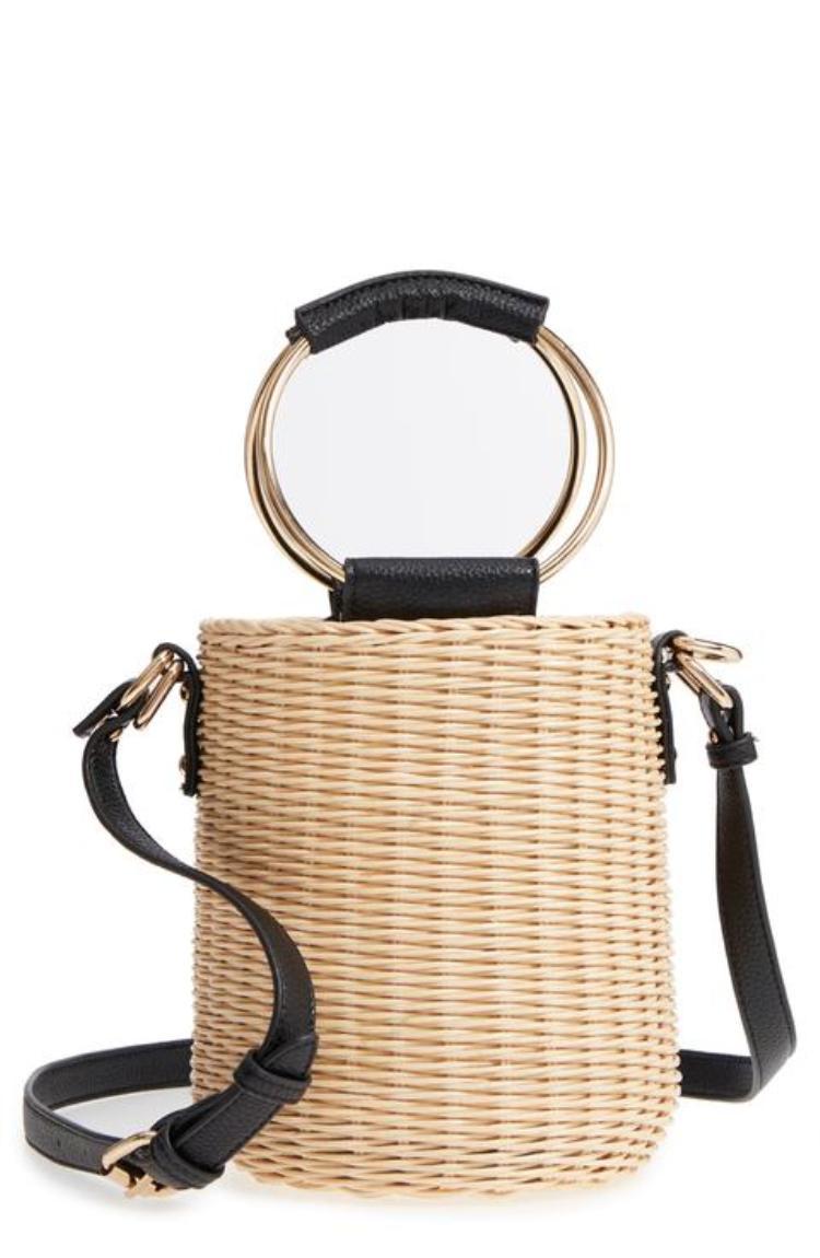 Tham khảo ngay chiếc túi độc đáo của Malibu Skye. Nó có thể đeo chéo và xách tay tùy thích.