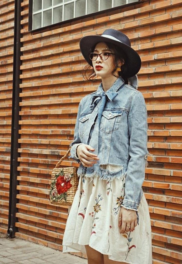 Angela Phương Trinh hiếm khi mặc kín đáo như thế này. Họa tiết hoa trên túi cói sẽ là điểm nhấn bắt mắt cho bộ trang phục có phần hơi nhẹ nhàng của nàng.