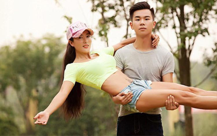 """Dù đã 50 tuổi, nhưng Liu Yelin, sống tại Hà Nam, Trung Quốc vẫn khiến nhiều thiếu nữ """"đỏ mắt"""" ghen tị do sở hữu vẻ bề ngoài trẻ đẹp chẳng thua kém gì gái đôi mươi. Không chỉ vậy, khi đi cạnh con trai, cô Liu thường bị nhầm mình là bạn gái của con."""