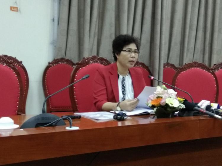Bà Bùi Thị Minh Nga - Phó phòng Giáo dục Trung học (Sở GD&ĐT Hà Nội), đã trả lời báo chí về sự việc. (Ảnh: Dân trí)
