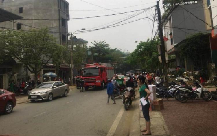 Lực lượng chức năng có mặt tại khu vực xảy ra vụ sạt lở.