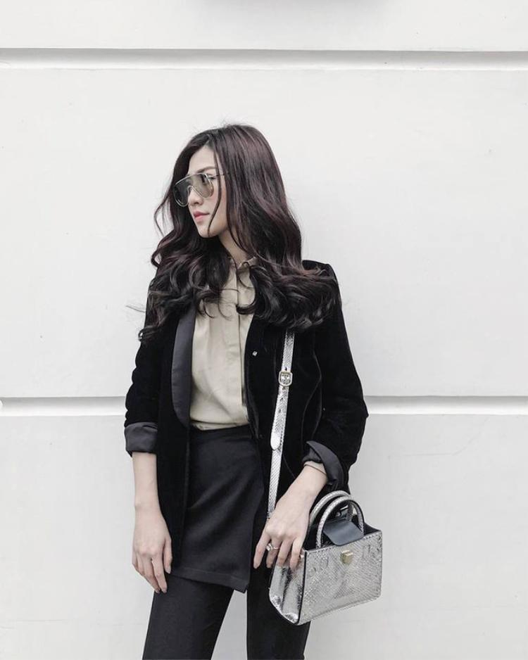 Á hậu Tú Ánh xuống phố với cây trang phục tông màu trầm. Cô diện áo vest nhung khá tiệp cùng phong cách. Phụ kiện là chiếc túi hàng hiệu làm điểm nhấn.