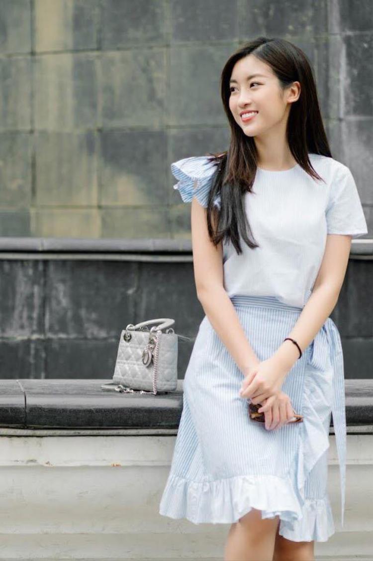 Đỗ Mỹ Linh duy trì phong cách nhẹ nhàng với bộ cánh tông màu xanh nhạt. Hoa hậu để kiểu tóc suông thẳng kèm trang điểm nhẹ cũng rất ăn nhập với tổng thể. Đồng thời, phù hợp không khí mùa hè.