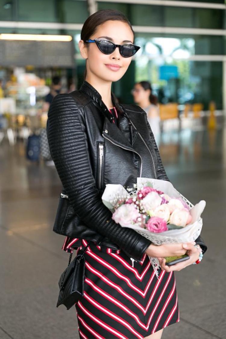 Với thời tiết nóng bức của Sài Gòn nên cựu Hoa hậu Thế giới khéo léo chọn trang phục khá thoải mái, đơn giản. Song vẫn rất trẻ trung, cá tính.Megan Young được đánh giá cao, không chỉ qua sắc vóc, mà còn bởi sự thông minh, nhạy bén của mình.