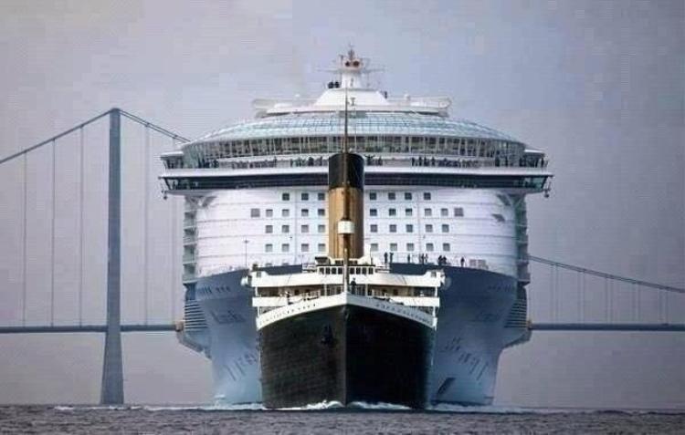 10. Hình ảnh đối lập của chiếc tàu Titanics huyền thoại bên cạnh một chiếc tàu hiện đại. Ảnh: © iam4real