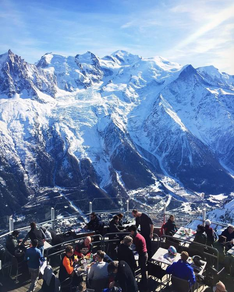 Nhà hàng Le Panoramic phục vụ các bàn ăn ngoài trời, góc nhìn 360 độ để thực khách ngắm vùng núi Mont Blanc (Pháp). Nhà hàng có độ cao trên 2.700m, chủ yếu thu hút khách du lịch. Ngoài cảnh sắc, nơi đây còn nổi tiếng bởi món pate gan ngỗng. Ảnh: mariatkatchuk/Instagram
