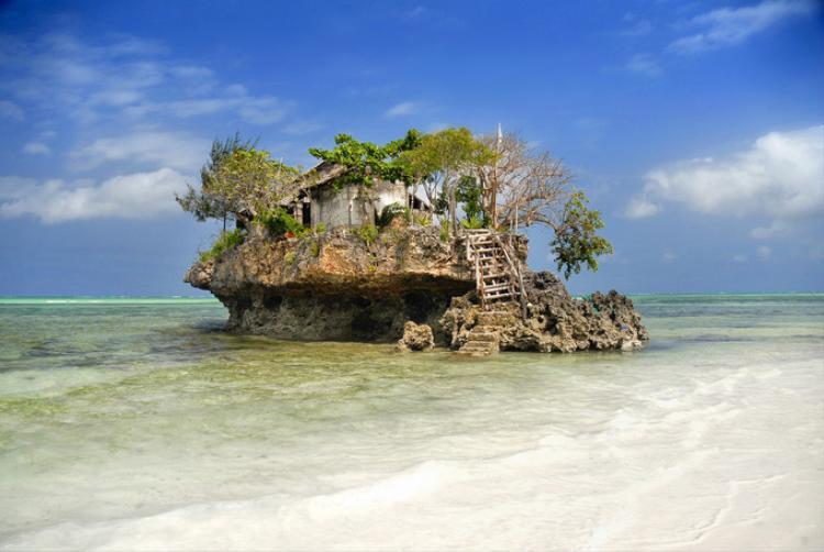 The Rock Restaurant được xây trên một mỏm đá nằm tách biệt gần bờ biển Zanzibar (Tanzania). Nhà hàng không đủ không gian để đặt 20 bàn nhưng nó vẫn là điểm đến thu hút vì du khách có cảm giác ăn hải sản ngon hơn trong khung cảnh thế này. Ảnh: therockzanzibar/Instagram