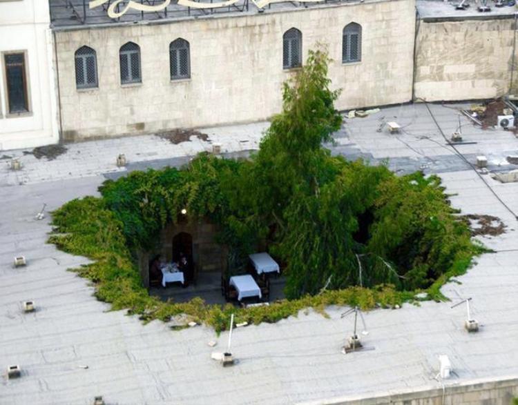 Có rất nhiều nhà hàng ở thủ đô Baku của Azerbaijan. Tuy nhiên, nhà hàng Karvansaray là độc đáo hơn cả bởi phần mái được thiết kế cố tình thủng một lỗ to. Bàn đặt ở vị trí này cũng thường hút khách hơn. Ảnh: Schastje/Pikabu