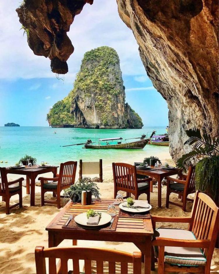 The Grotto là nhà hàng lãng mạn nằm bên trong hang đá vôi tại biển Phra Nang (Thái Lan). Nó thuộc về khu nghỉ mát Rayavadee. Tuy nhiên, bất kỳ thực khách nào cũng có thể đặt bàn tại đây. Nhà hàng phục vụ hải sản nướng vào các buổi tối trong tuần. Các thời điểm còn lại trong ngày nơi đây phục vụ đồ ăn nhẹ và tráng miệng. Ảnh: thebeachreligion/Instagram