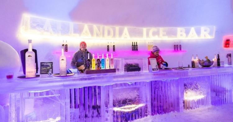 Ngôi làng Santa Claus tại Phần Lan thu hút rất nhiều khách du lịch hàng năm. Người ta đến đây không chỉ vì câu chuyện về Ông già Noel mà còn muốn trải nghiệm bữa ăn tại nhà hàng Ice Restaurant. Cả nhà hàng với những tác phẩm nghệ thuật đều được làm bằng băng đá. Ảnh: Lumiukkomaailma/Facebook