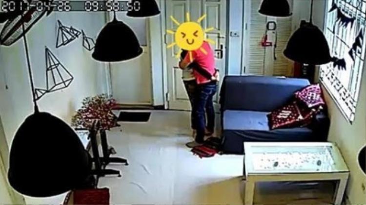 Một cặp tình nhân đã bị cư dân mạng lên án kịch liệt vì vô tư chốt cửa một căn phòng trong tiệm cà phê ở Hà Nội để thoải mái tình cảm.