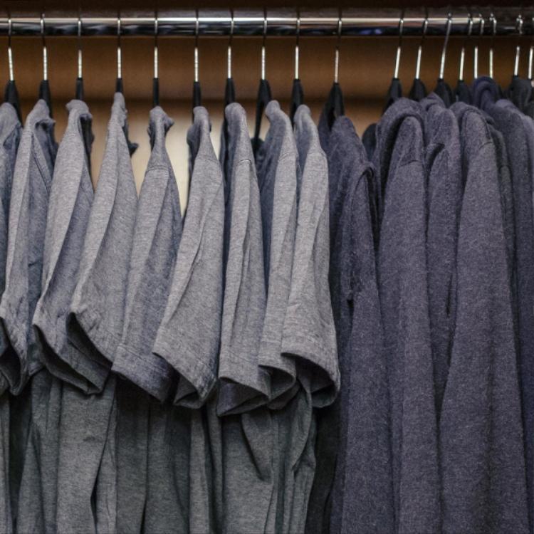 Tủ quần áo cực kì đơn giản mà không hề đơn giản của Mark Zuckerberg.