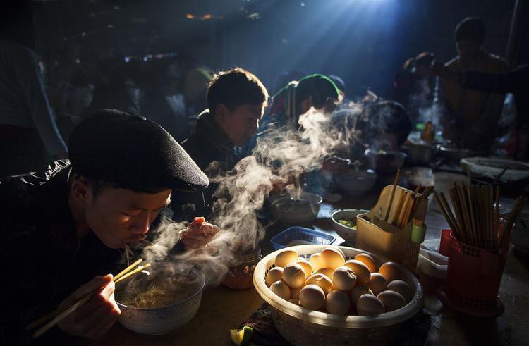 """Nhiếp ảnh gia Nguyễn Hữu Thông với bức ảnh """"Bữa sáng tại chợ phiên"""" xuất sắc đoạt giải đặc biệt. """"Ở miền bắc Việt Nam, mọi người thường tới các phiên chợ để trao đổi hàng hóa và văn hóa. Họ thường dậy rất sớm để đi chợ và ăn sáng tại đây"""", nhiếp ảnh gia chia sẻ"""