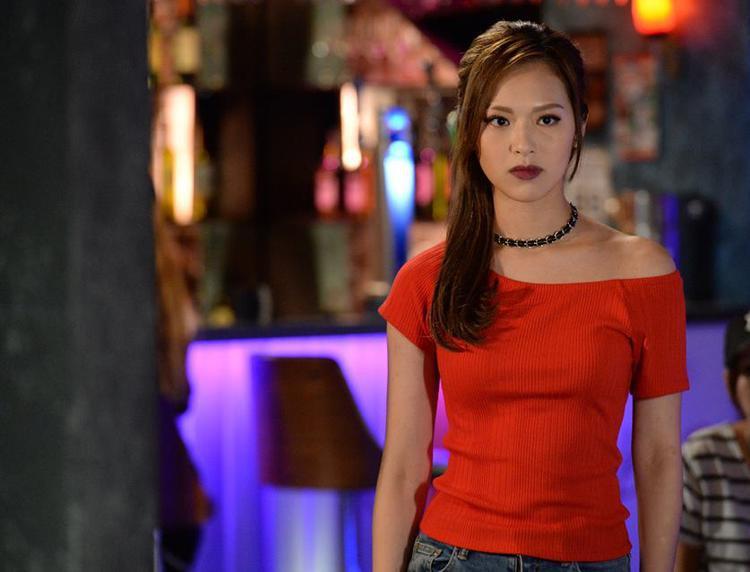 Bà chủ quán bar sexy do Phùng Doanh Doanh thủ vai nhận được nhiều lời khen từ khán giả