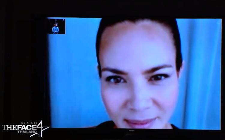 Nào ngờ HLV còn lại của đội Ploy - Sonia lù lù xuất hiện từ màn hình webcam.