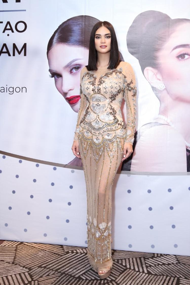"""Cựu Hoa hậu Hoàn vũ 2015 có phần """"phát tướng"""" trong bộ trang phục xuyên thấu của NTK Việt."""