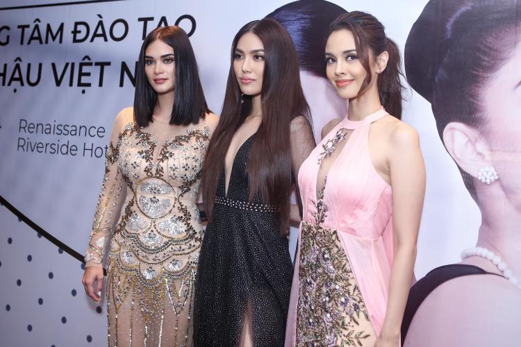 """Lan Khuê khá nổi bật khi đứng cạnh hai """"nữ hoàng sắc đẹp"""" của thế giới. Cô chọn mái tóc thẳng rẽ ngôi giữa đậm chất """"Beauty Queen""""."""