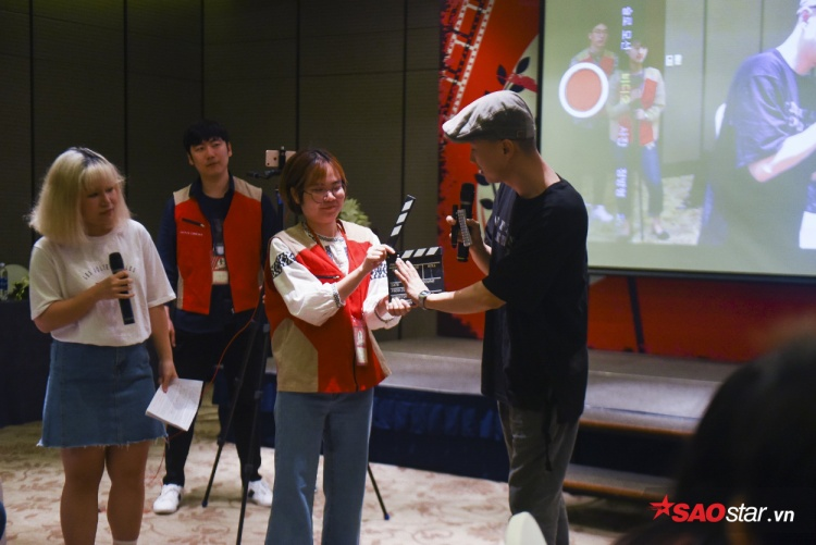 Các bạn trẻ Việt thích mê lớp dạy làm phim điện ảnh miễn phí của đạo diễn Hàn Quốc