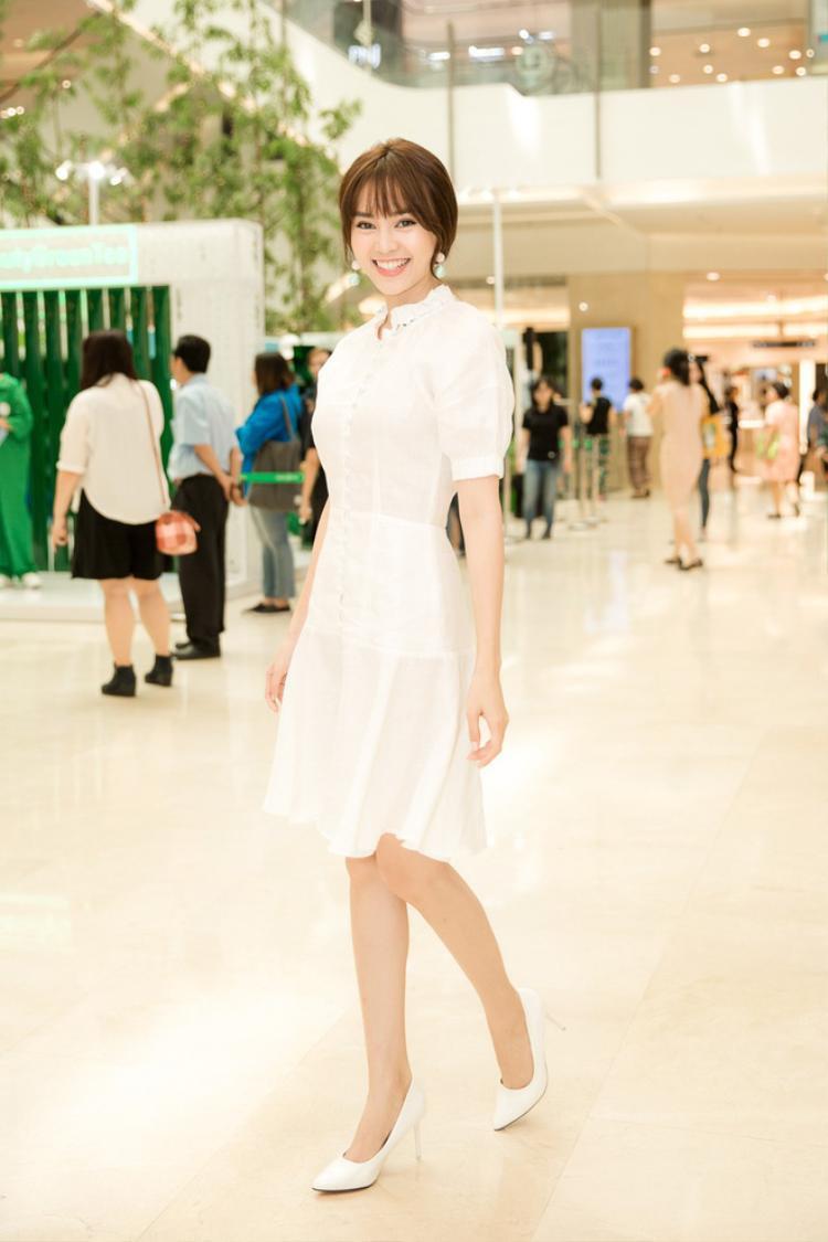 Chẳng hở bạo cũng không cần xuyên thấu, song chiếc váy trắng nhẹ nhàng đã đem đến cho Ninh Dương Lan Ngọc nét đẹp tao nhã, trong sáng, đủ sức gây thương nhớ người đối diện.