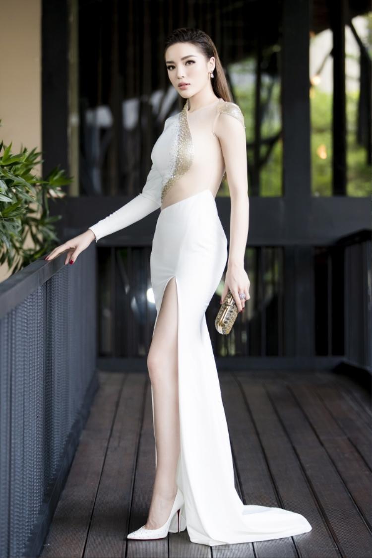 """Xuất hiện tại một sự kiện, Kỳ Duyên khoe trọn vòng một đã được """"trùng tu"""" với thiết kế váy ôm, xẻ cao. Kiểu tóc chải với phía sau hiện đại cũng được đánh giá là phù hợp với tổng thể."""