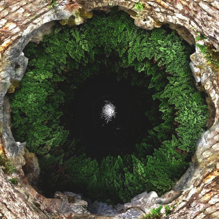 """Khoảng không vô định """"xanh rờn"""" này thực tế là một cái hố sâu tại Italy. Ảnh: Pikabu"""