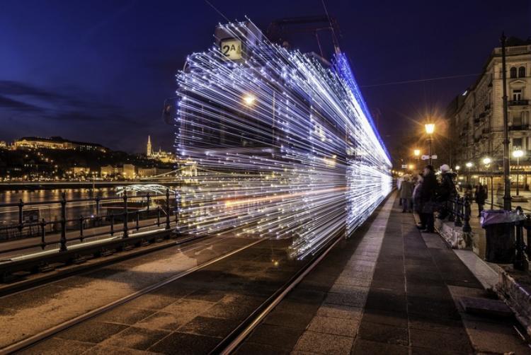 Chuyến tàu ma thuật trong loạt phim Harry Potter hoàn toàn có ngoài đời thực khi được lắp tới 30.000 bóng đèn phát sáng. Ảnh: Imgur