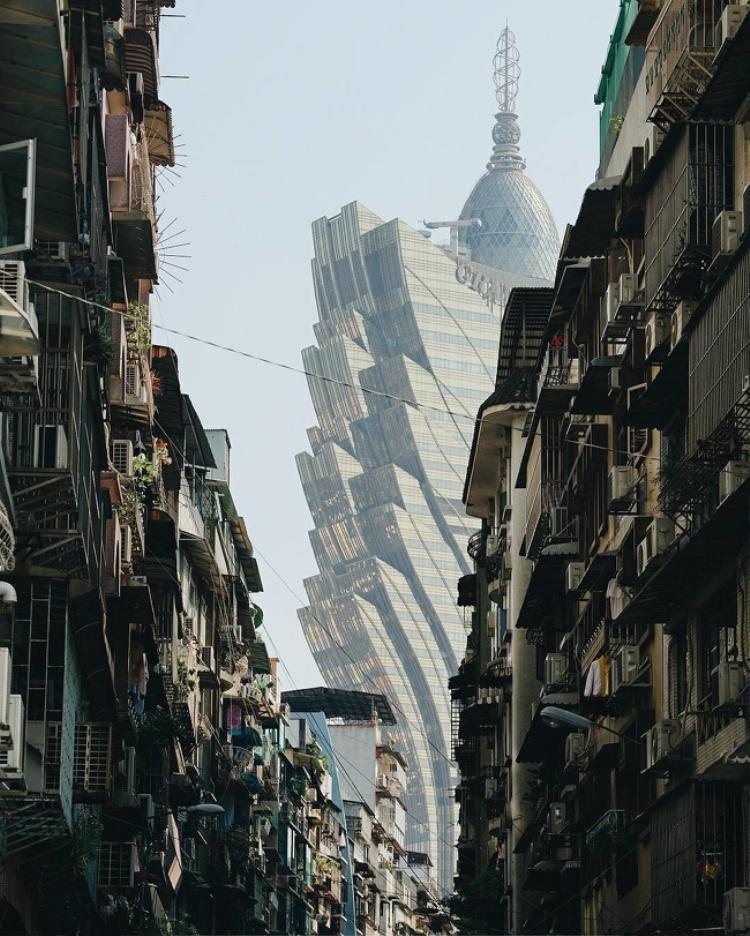 Sự tương phản giữa công trình kiến trúc hiện đại và các khu nhà ổ chuột tại Ấn Độ. Ảnh: Brightside