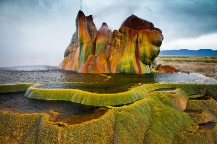 Mạch nước phun Fly Geyser được coi là tuyệt tác bí mật của nằm giữa sa mạc Nevada, Mỹ. Ảnh: Brightside