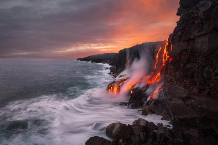 Khi các dung nham từ núi lửa phun trào ngay trên biển. Ảnh: Brightside