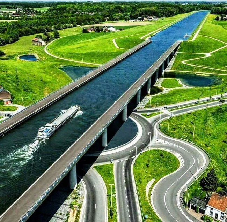 Cầu nước Magdeburg là tên gọi của cây cầu nổi tiếng nhất nước Đức. Cầu được khánh thành vào tháng 10/2003 sau 6 năm xây dựng. Sự độc đáo của cây cầu này nằm ở chỗ, nó là cầu dành cho tàu thuyền bởi vì Magdeburg không phải là một cây cầu theo nghĩa thông thường, mà là một cây cầu chứa nước. Ảnh: Reddit