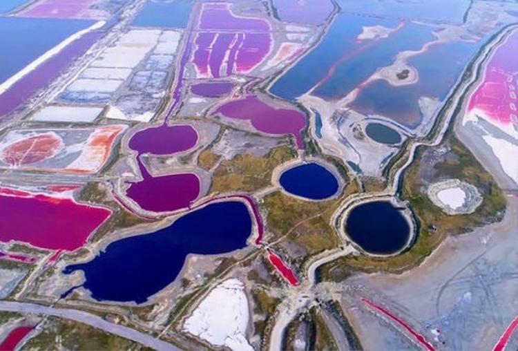 """Hồ muối Vận Thành còn được biết tới với tên gọi """"Biển Chết"""" của Đại Lục, nằm tại thành phố Vận Thành, tỉnh Sơn Tây, phía Nam Trung Quốc. Nó được hình thành từ hơn 500 triệu năm trước với diện tích 120 km2. Đây chính là nơi cung cấp muối cho người dân Vận Thành trong suốt 4.000 năm qua và nằm trong danh sách hồ chứa natri sunfat lớn thứ 3 trên thế giới. Ảnh: Pikabu"""