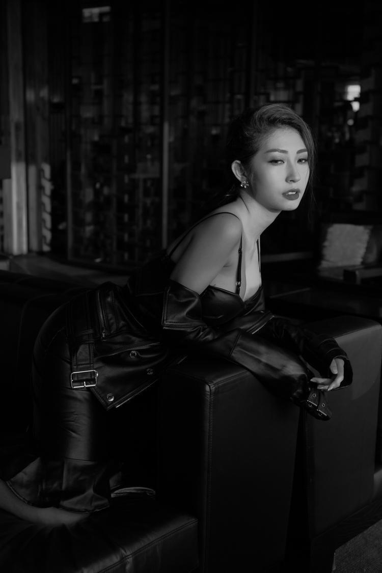 Bên cạnh sự đầu tư trau chuốt cho phần audio, Khổng Tú Quỳnh hiện đang bắt tay thực hiện MV hứa hẹn có màn lột xác ấn tượng so với những hình ảnh an toàn trong quá khứ.