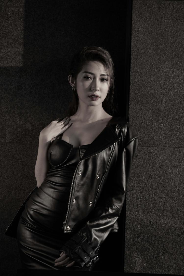 Khổng Tú Quỳnh cho biết, không ít lần cô rơi lệ trong phòng thu khi chuẩn bị cho sản phẩm lần này mà không hiểu lý do.